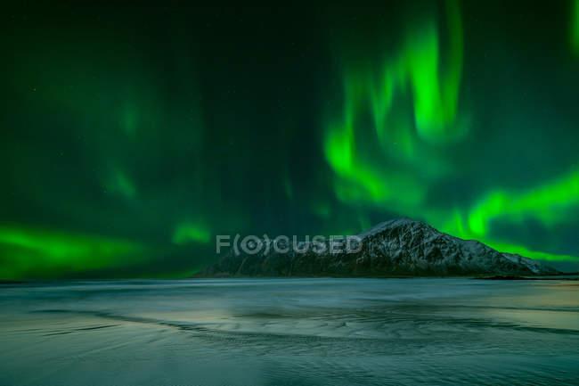 Живописный вид на величественное северное сияние, Лоффелланд, Норвегия — стоковое фото