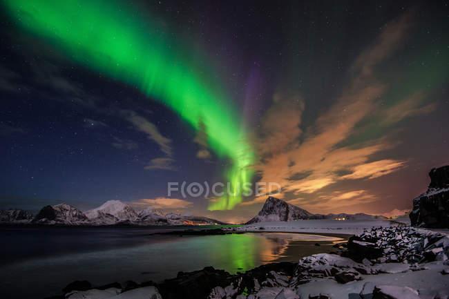Vista panorâmica da majestosa aurora boreal, Flakstad, Ilhas Lofoten, Noruega — Fotografia de Stock