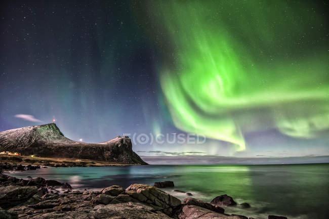 Живописный вид на величественное северное сияние, Мирланд, Лоффель, Норвегия — стоковое фото