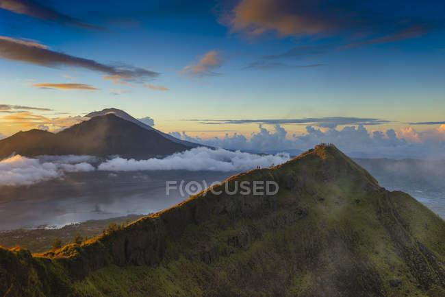 Vista panorámica del Monte Batur al amanecer, Bali, Indonesia - foto de stock
