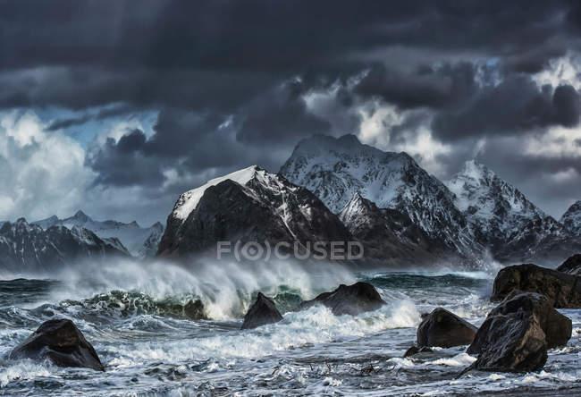 Vista panorâmica de Rough seas, Myrland, Flakstad, Lofoten, Noruega — Fotografia de Stock