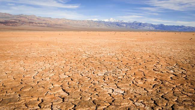 Vue panoramique de Cracked earth, Death Valley National Park, Californie, Amérique, États-Unis — Photo de stock