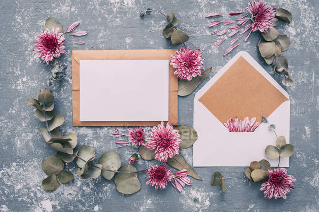 Blank envelope and card with flowers — Stock Photo
