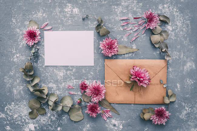 Closeup view of Blank envelope and card with flowers — Stock Photo
