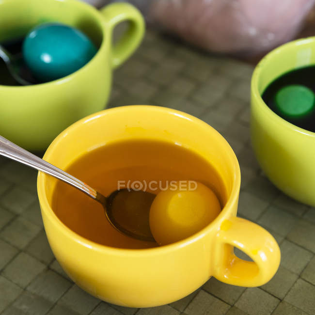Cups with eggs and colored dye for Easter — Stock Photo