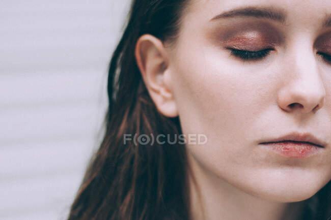 Крупный план портрета женщины с закрытыми глазами — стоковое фото