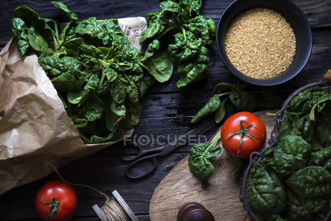 Top view of spinach, tomatoes and brown sugar composition — Stock Photo