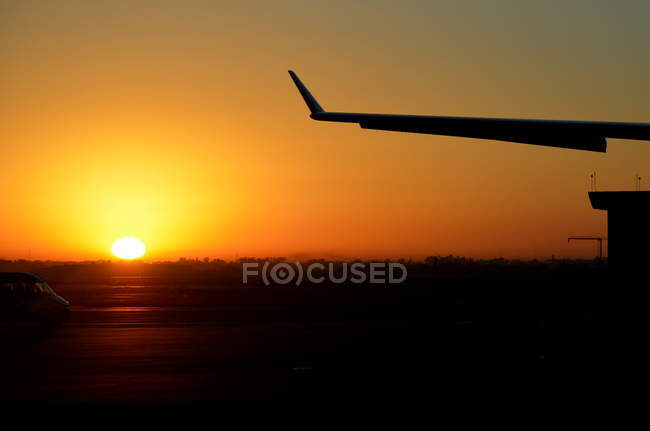 Silhueta de uma asa de avião em pôr-do-sol — Fotografia de Stock