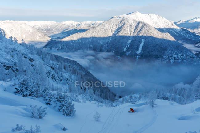 Человек, Катание на лыжах в глубокой целине, Криппенштайн, Гмунден, Австрия — стоковое фото