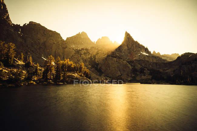 Lac Minaret au coucher du soleil, Ansel Adams Wilderness, Sierra Nevada, Californie, Amérique, États-Unis — Photo de stock
