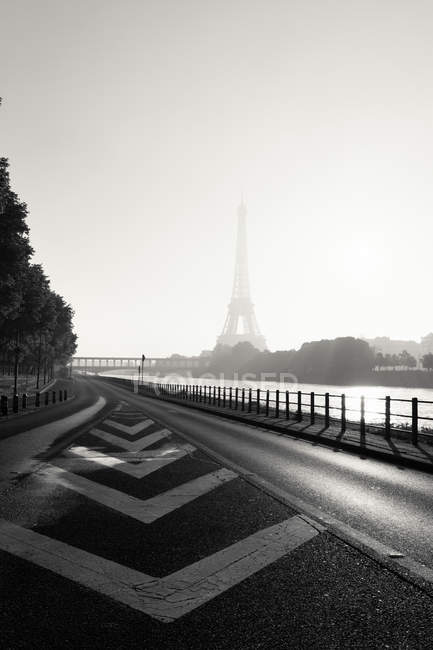 Vue panoramique de la Tour Eiffel dans la brume, Paris, France — Photo de stock