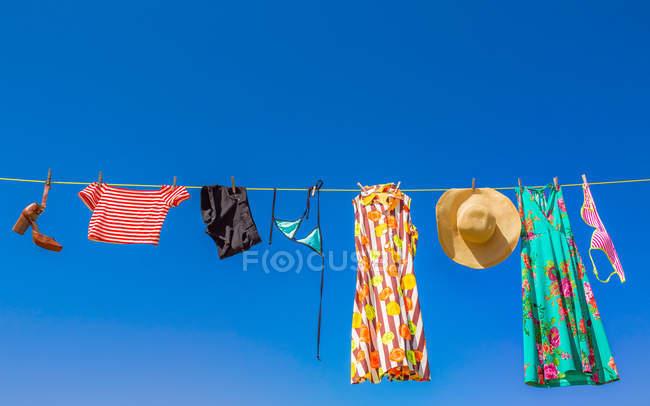 Vista panorámica de la lavandería colgada en una línea de lavado. - foto de stock