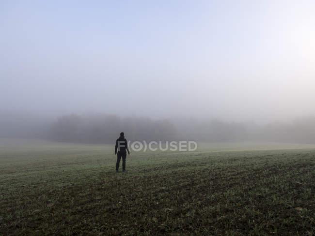 Homem de pé em um campo nebuloso, Espanha — Fotografia de Stock