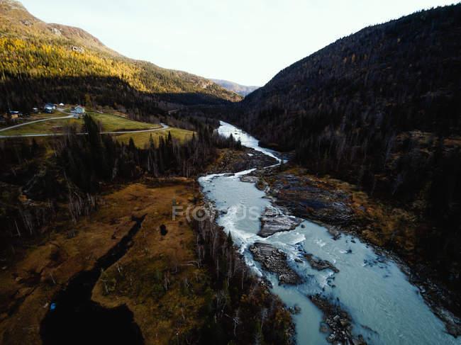 Vista aérea del paisaje fluvial y rural, Skonseng, Rana, Nordland, Noruega - foto de stock