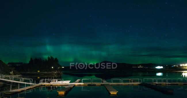 Vista panorâmica das majestosas luzes do norte sobre um lago, Molde, Noruega — Fotografia de Stock