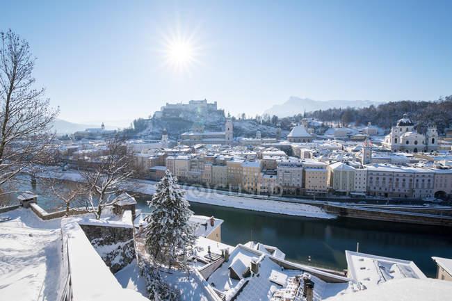 Сіті горизонт і замок в снігу, Зальцбург, Австрія — стокове фото