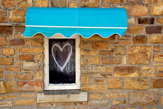 Vista close-up de coração desenhando em uma janela para cima — Fotografia de Stock