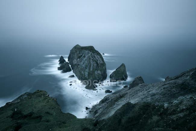 Повышенные вид скалы, скалы и океан, графство Донегол, Ирландия — стоковое фото