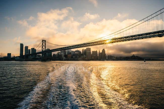 Vista panorâmica da ponte da baía no pôr do sol, San Francisco, Califórnia, América, Estados Unidos da América — Fotografia de Stock