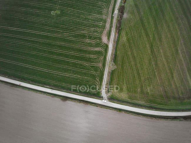Veduta aerea della guida in auto lungo la strada nel paesaggio rurale, Irlanda — Foto stock