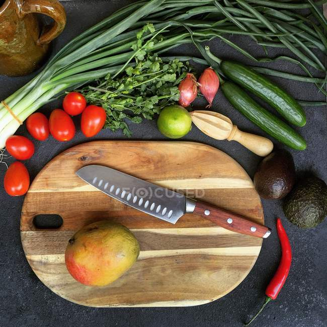 Tábua de corte com frutas e legumes, vista superior — Fotografia de Stock