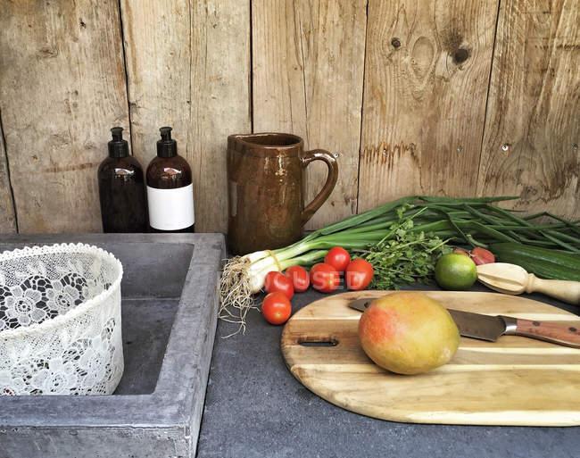 Открытый кухонный стол со свежими овощами — стоковое фото