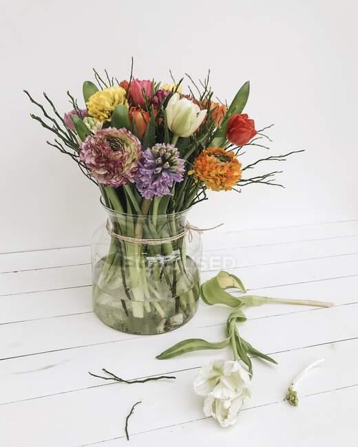 Вигляд скляної вази з весняними квітами. — стокове фото