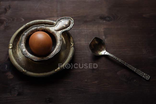 Ovo em uma xícara de ovo vintage, vista close-up — Fotografia de Stock