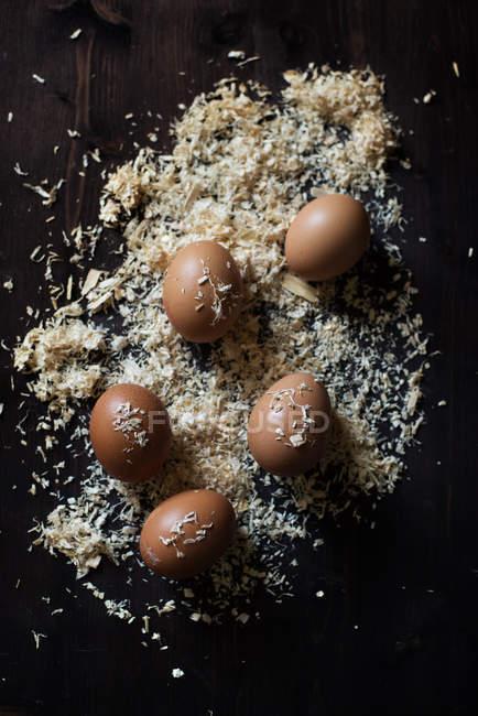 Ovos em uma mesa de madeira coberta de serragem — Fotografia de Stock
