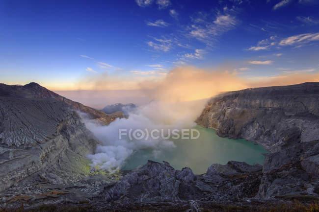 Vista panorâmica da caldeira de Mt Ijen, Java Oriental, na Indonésia — Fotografia de Stock