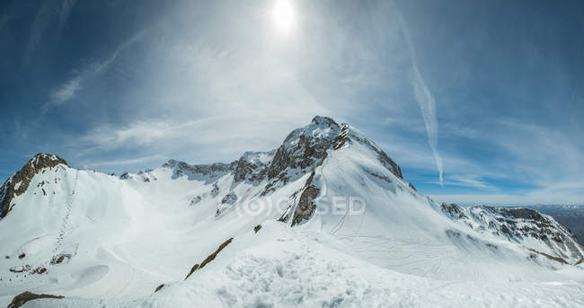 Vue panoramique sur le sommet des montagnes enneigées, les montagnes du Caucase, la Russie — Photo de stock