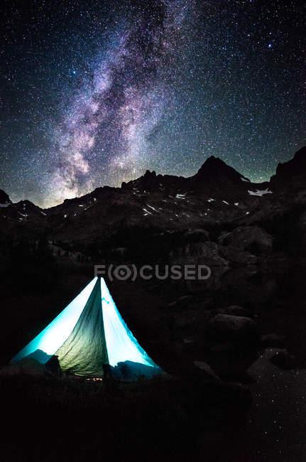 Tente éclairée par le lac Ediza, Shadow Creek Trail, Californie, Amérique, États-Unis — Photo de stock