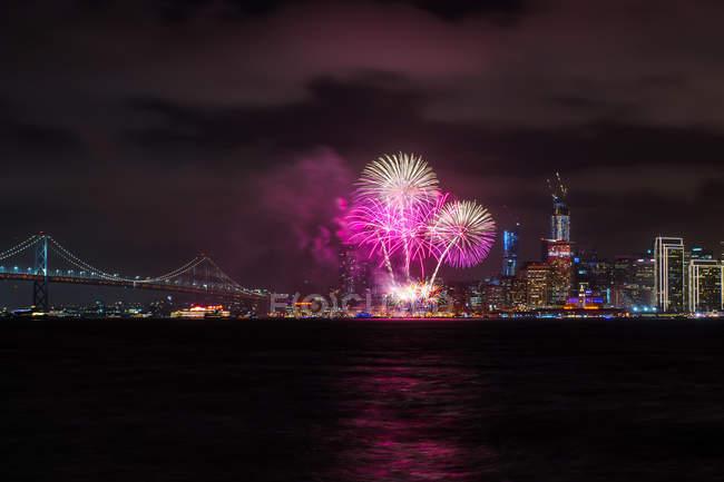 Фейерверки над городом, Сан-Франциско, Калифорния, Америка, США — стоковое фото