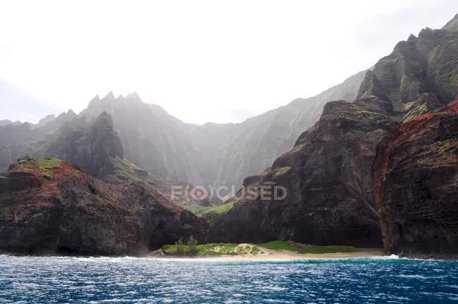Живописный вид величественных Na Pali побережье, Кауаи, Гавайи — стоковое фото