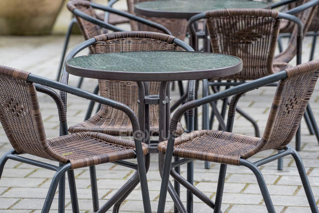 Cafe table and chairs on sidewalk — Stock Photo