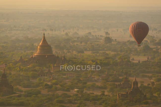 Мальовничий вид на повітряній кулі, Баган, Мандалай, М'янма — стокове фото