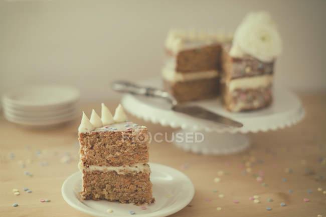 Ця частина Морквяний торт на тарілку, на кухні — стокове фото