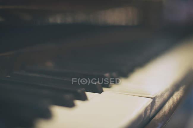 Nahaufnahme der Klaviertasten, verschwommener Fokus — Stockfoto