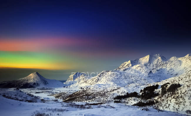 Scenic view of majestic Northern lights, Justadtinden, Nordland, Norway - foto de stock