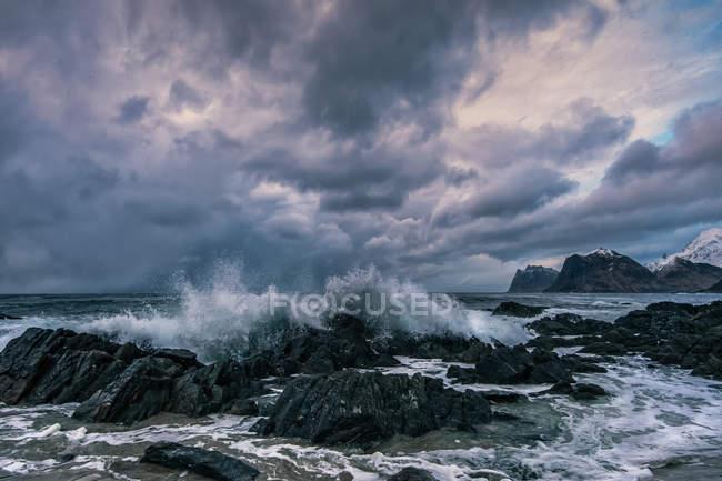 Живописный вид на пляж Сторсанден, Флакстад, Лоффель, Норвегия — стоковое фото