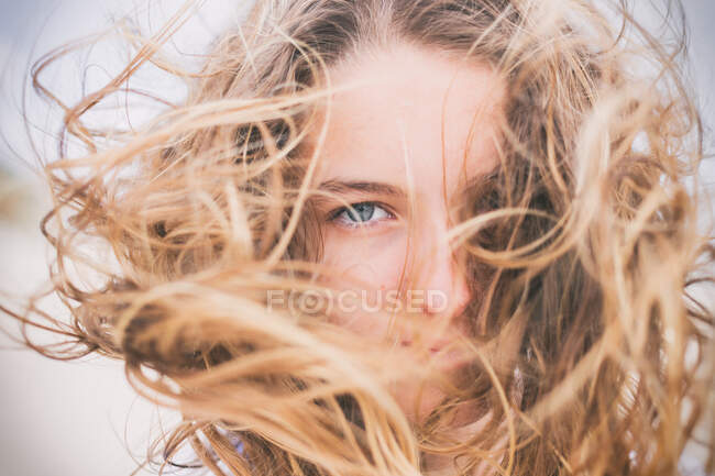 Retrato de uma menina com o cabelo varrido pelo vento — Fotografia de Stock