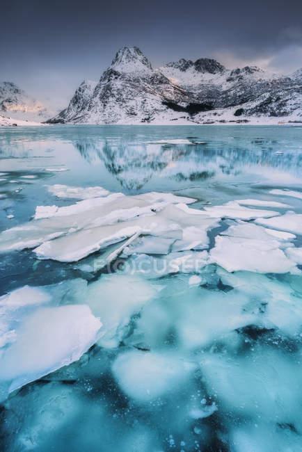 Vista panorâmica do Fiorde de gelo de Flakstadoy, Lofoten, Nordland, Noruega — Fotografia de Stock