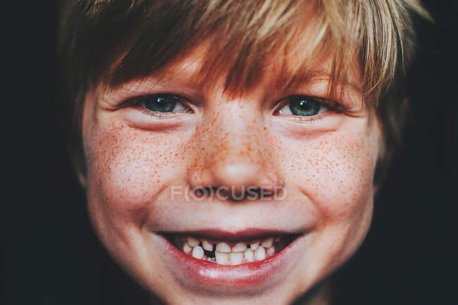 Портрет зазубренного улыбающегося мальчика — стоковое фото