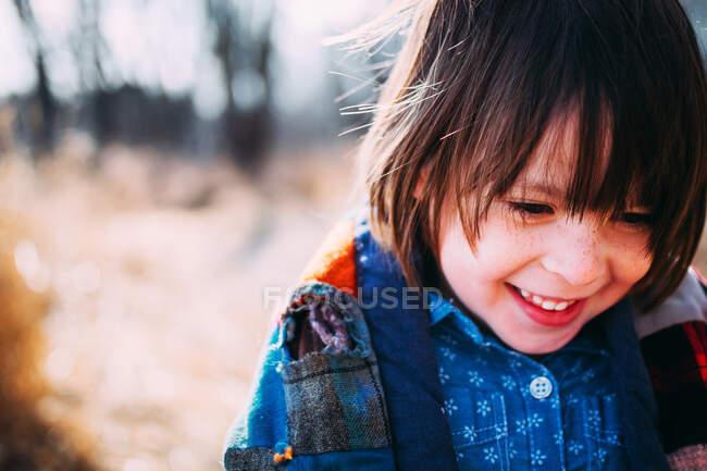 Портрет улыбающейся девушки на естественном фоне — стоковое фото