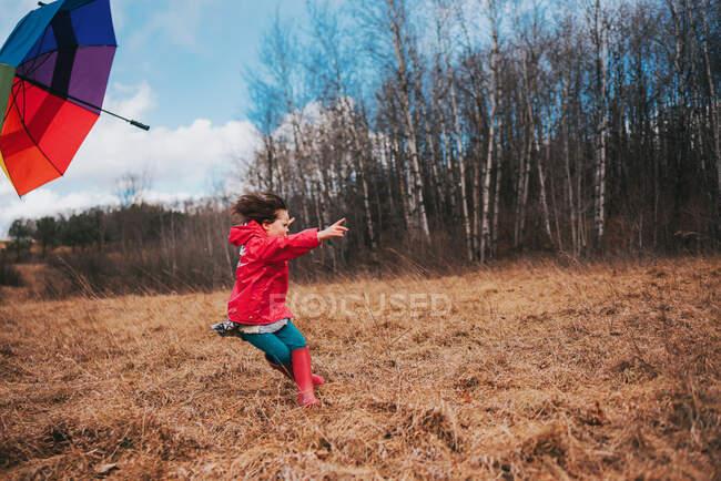 Девушка теряет зонтик в ветреный день — стоковое фото