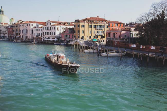 Парусный спорт по Гранд-каналу, Венеция, Италия — стоковое фото