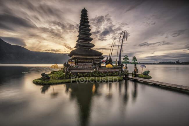 Pura фоні тропічних пейзажів поблизу danu beratan, Балі, Індонезія — стокове фото