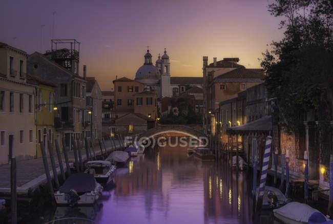 Vue panoramique du canal au crépuscule, Venise, Italie — Photo de stock