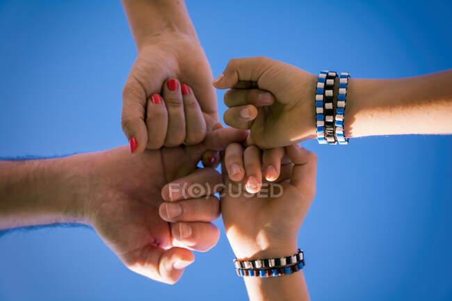 Manos humanas sosteniendo pequeños dedos - foto de stock