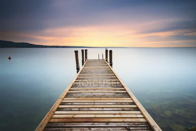 Живописный вид на причал Вуден, озеро Гарда, Италия — стоковое фото